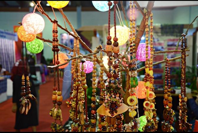 Aksesoris seperti kalung dan gelang bisa kita lihat dan beli di pameran ini