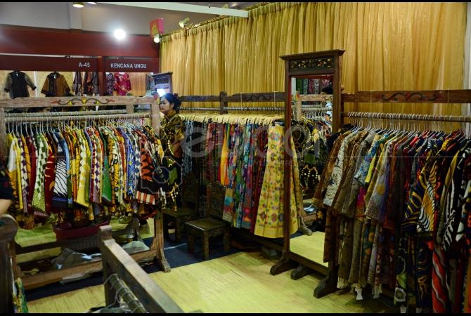 Baju yang terbuat dari kain-kain tradisional juga dijual di pameran ini