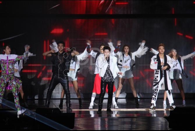 Lagu-lagu seperti 'Go Crazy' dan 'Put Your Hands Up' dibawakan oleh boyband yang berdiri sejak 2008 di atas panggung