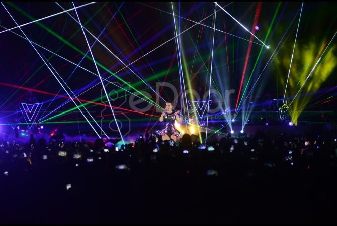 Dengan desain panggung yang berornamen Prism-Turistic konser terlihat megah dan spektakuler