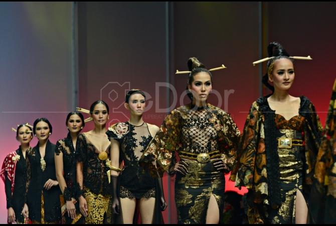 Model membawakan karya terbaru Anne Avantie yang terinspirasi dari terbakarnya Pasar Klewer
