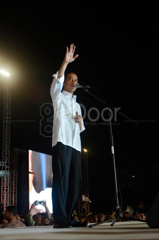 Jokowi Menyapa Masyarakat Yang Hadir Di Acara Syukuran Rakyat Salam 3 Jari