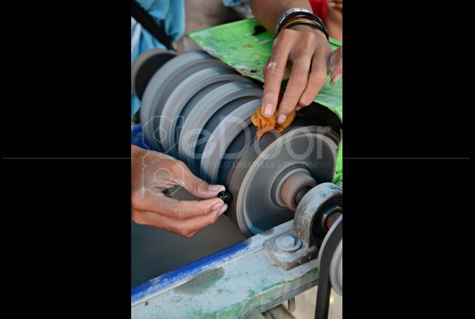 Tangan-tangan ini lah yang membuat batu cincin menjadi bernilai tinggi harganya