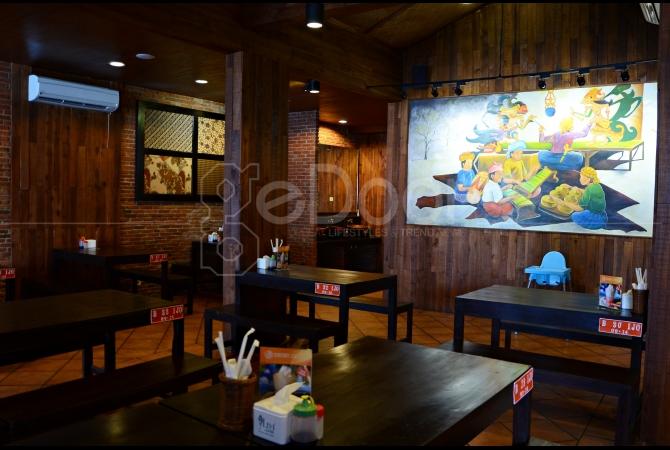 Furniture dari kaya mendominasi interior restoran Bebek Malio ini dan terdapat sebuah lukisan besar di tengah restorannya