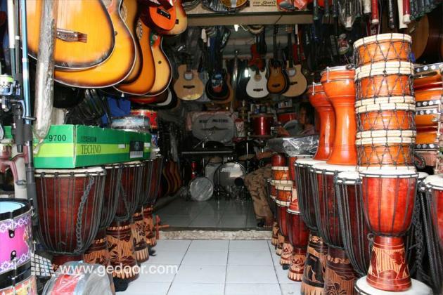 Berburu Alat Musik Di Poncol Senen