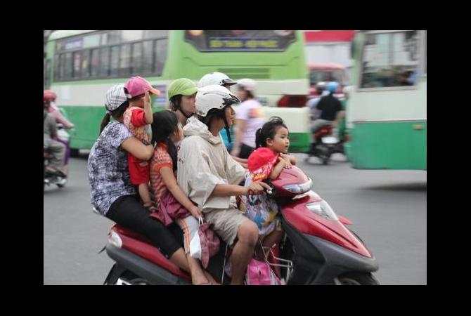 Foto satu keluarga naik dalam satu motor di Asia Tenggara