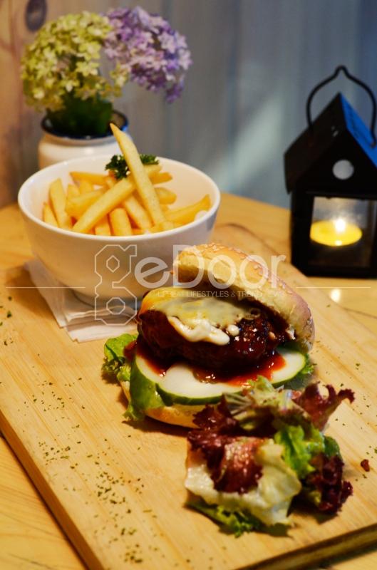 Menu Signature Coffee Burger, Yaitu Hidangan Burger Dengan Ciri Khas Patty Yang Ditaburi Dengan Bubuk Kop