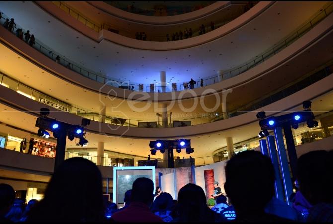 Main Atrium Senayan City memadamkan lampu dalam kampanye Earth Hour 2015