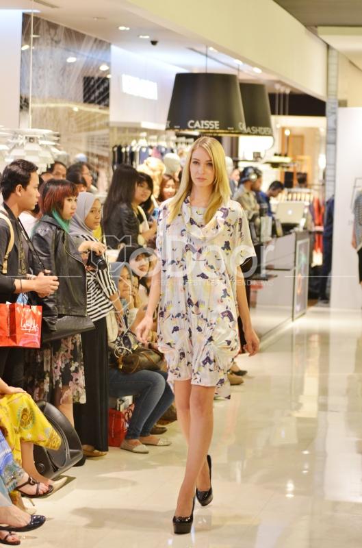 Fashion Show digelar di lantai dua Galeries Lafayette Jakarta