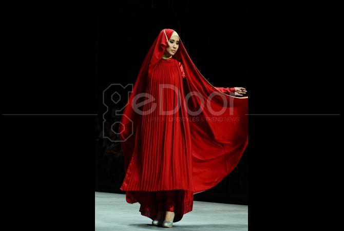 Dengan hijab model kain panjang membuat model terlihat elegan, ditambah motif garis-garis tegas pda bajunya