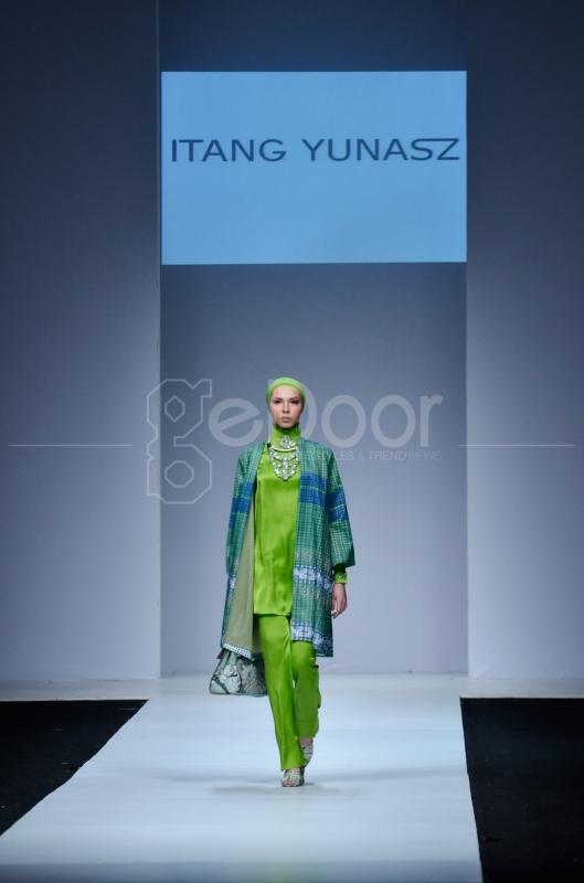 Parade Busana Muslim Karya Desainer Itang Yunasz Di JFW 2015