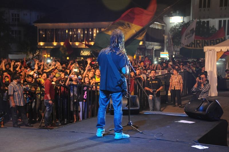 Tony Q Rastafara Semarakkan Konser Musik Yang Digelar Di Taman Fatahilla