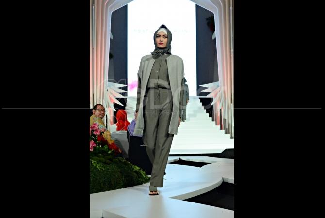 Busana muslim karya Restu Anggraini membuka kolaborasi Wardah Cosmetics dengan empat desainer busana muslim