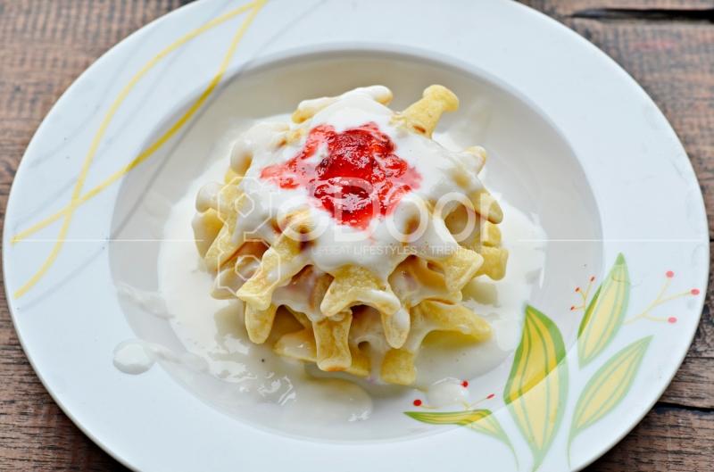 Vanilla Waffle, Rasa Saus Vanilla Dan Saus Strawberry-nya Sangat Pas Di Mulut
