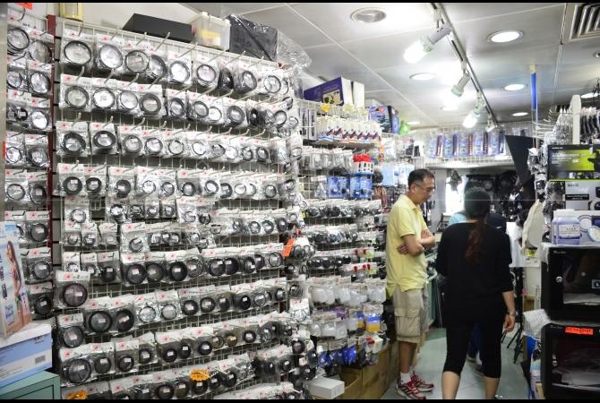Daerah Sham Shui Po terkenal akan gudangnya tempat cari perlengkapan elektronik serta fotografi di Hong Kong