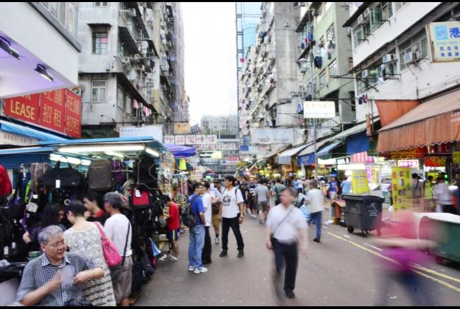 Sham Shui Po dapat ditempuh dengan berbagai macam kendaraan mau menggunakan bus, taksi maupun MTR