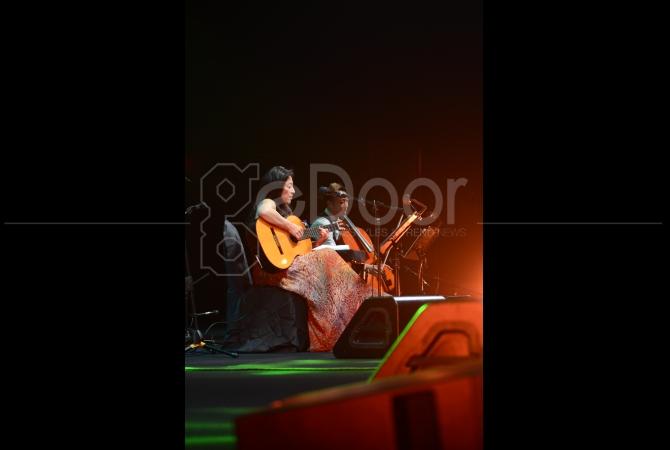 Suara dan petikan gitar dari Lisa Ono menyihir penonton