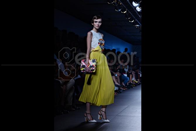 Koleksi hand bag dari Major Minor dengan warna yang selaras dengan motif bajunya
