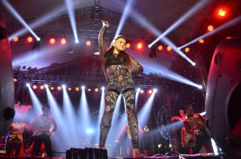 Vicky Tzu Turut Menghibur Masyarakat Yang Membanjiri Jakarta Night Festival