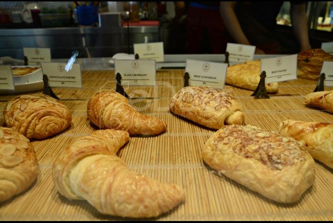 Beragam pilihan pastry dan croissant yang ditawarkan Oh La La Cafe
