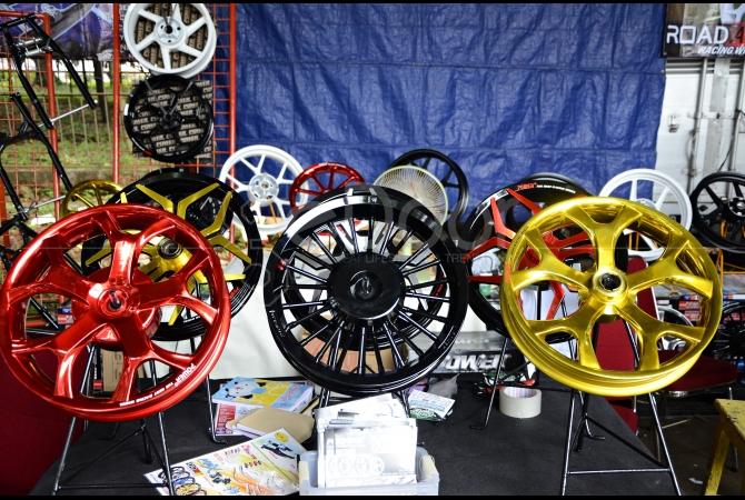Velg motor dengan warna dan bentuk yang beragam juga ada di event ini