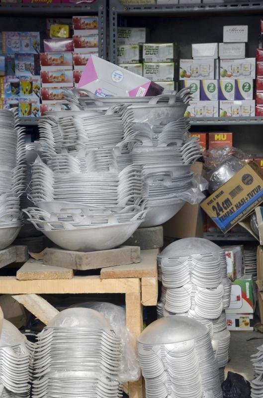 Pasar Jembatan Lima Juga Menjual Macam-Macam Alat-alat Masak Terbuat Dari Besi