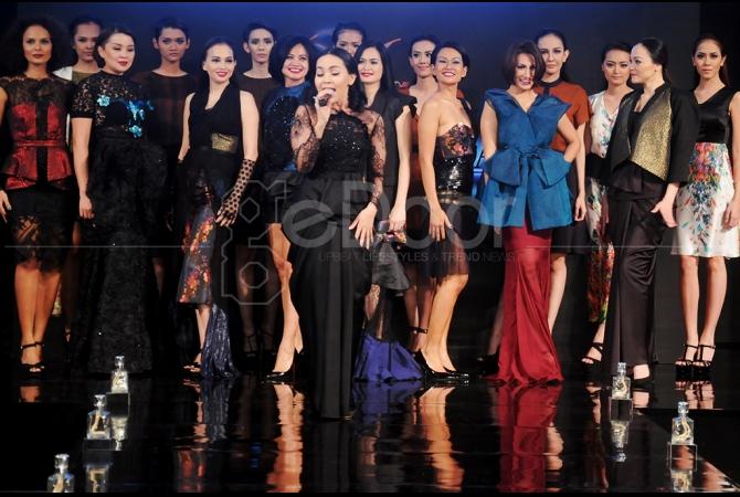 Kedelapan model senior itu pun membaur dalam busana yang diberi tema 'Juxy' karya dari Designer Opi Bachtiar