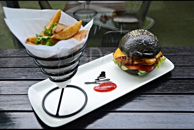 Wagyu Black Burger dengan porsi yang cukup besar dan bikin kenyang