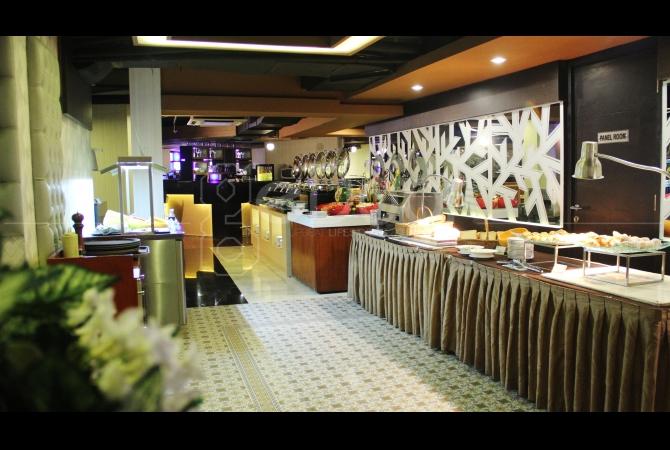 Sedangkan Buffet Dinner di Mezza Resto, Bar & Lounge menawarkan empat section diantaranya; Western, Asian, Japanese dan traditional