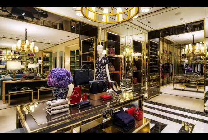 Store pertama di Indonesia yang resmi di buka pada September 2014 lalu di Plaza Senayan