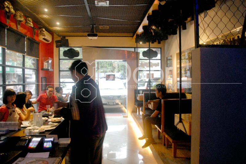 The Droids Coffe N Grills Hadir Dengan Konsep Ruangan Yang Didominasi Pernak-Pernik Bertemakan Droid (Robotik)