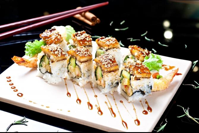 Momo Roll yang berisikan crispy black tiger prawn, alpukat dan topping dashi omelet roll dengan daging belut bakar diatasnya