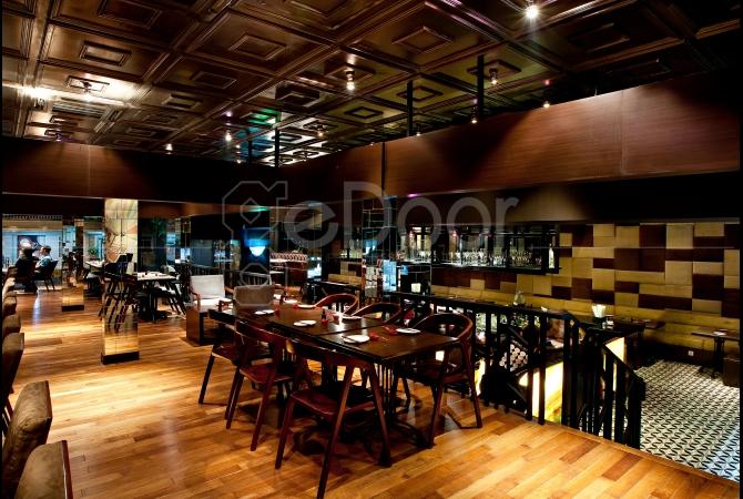 Suasana The Momo Restaurant and Bar terlihat sangat nyaman dan hangat