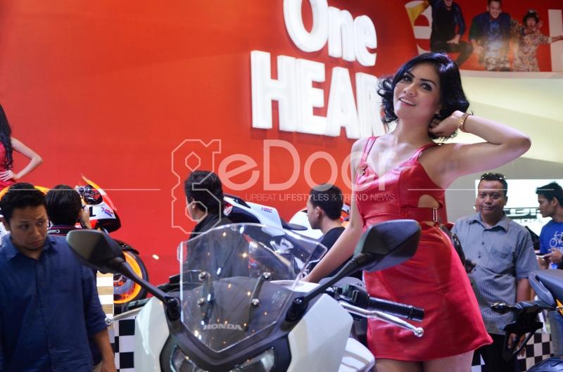 Aksi SPG Motor Honda Di Indonesia Motorcycle Show 2014