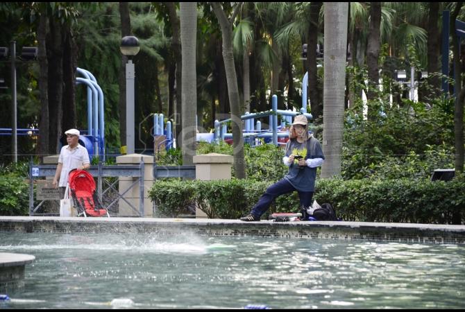 Di area kolam sering digunakan untuk bermain kapal yang dikendalikan dengan remote control