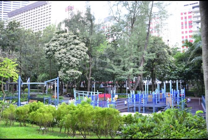 Fasilitas arena bermain bagi anak menjadi pelengkap fasilitas di taman ini