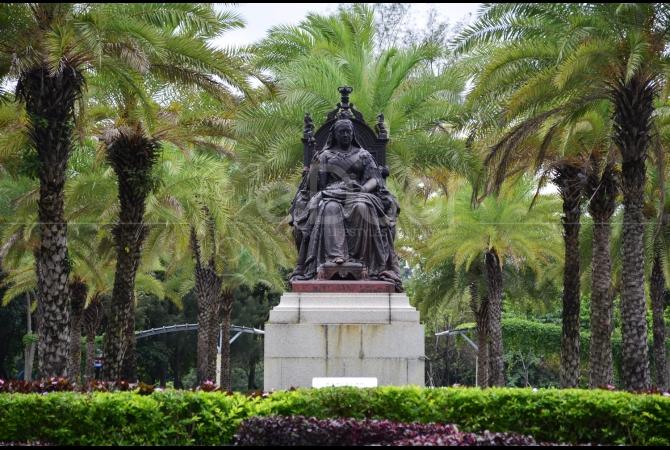 Patung Victoria berada tepat didepan pintu masuk taman