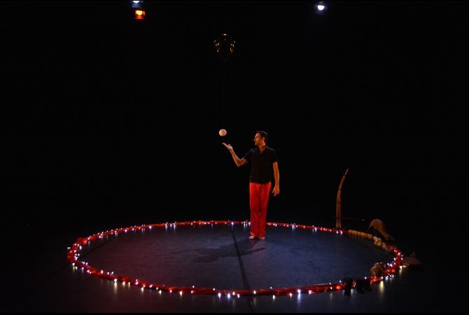Dalam pertunjukan diberi tajuk 'Jongleries Musicales' ini, yang dipersembahkan kali ini dibagi menjadi dua sesi pertunjukan