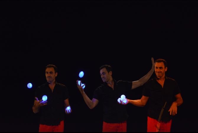 Seniman sirkus kontemporer asal Perancis, Vincent de Lavenere, melakukan pertunjukkan 'Juggling Musikal'