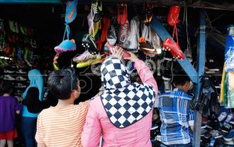 Dari Sepatu Kulit Hingga Sandal Ada Di Pasar Poncol