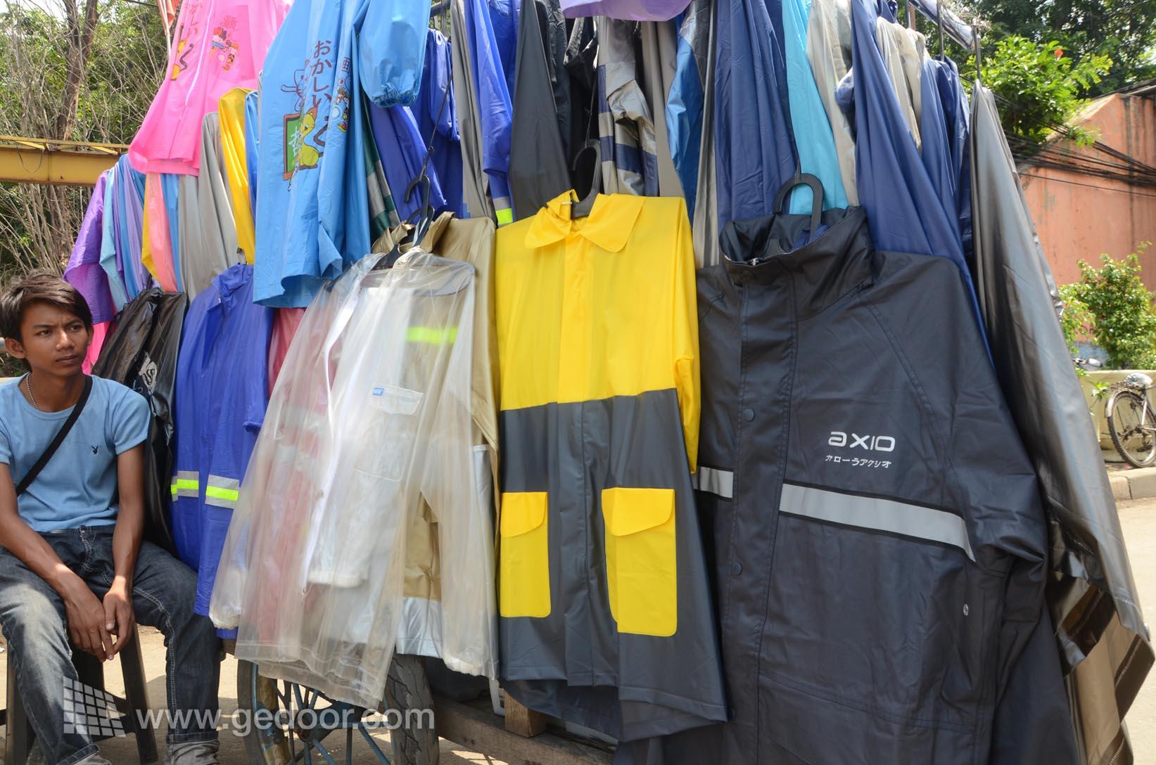 Pedagang Jas Hujan Dadakan Mulai Marak